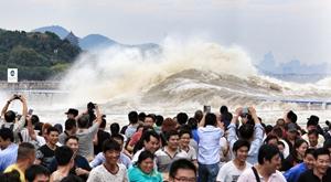 八月十八大潮凶猛 杭州数万人扎堆观潮